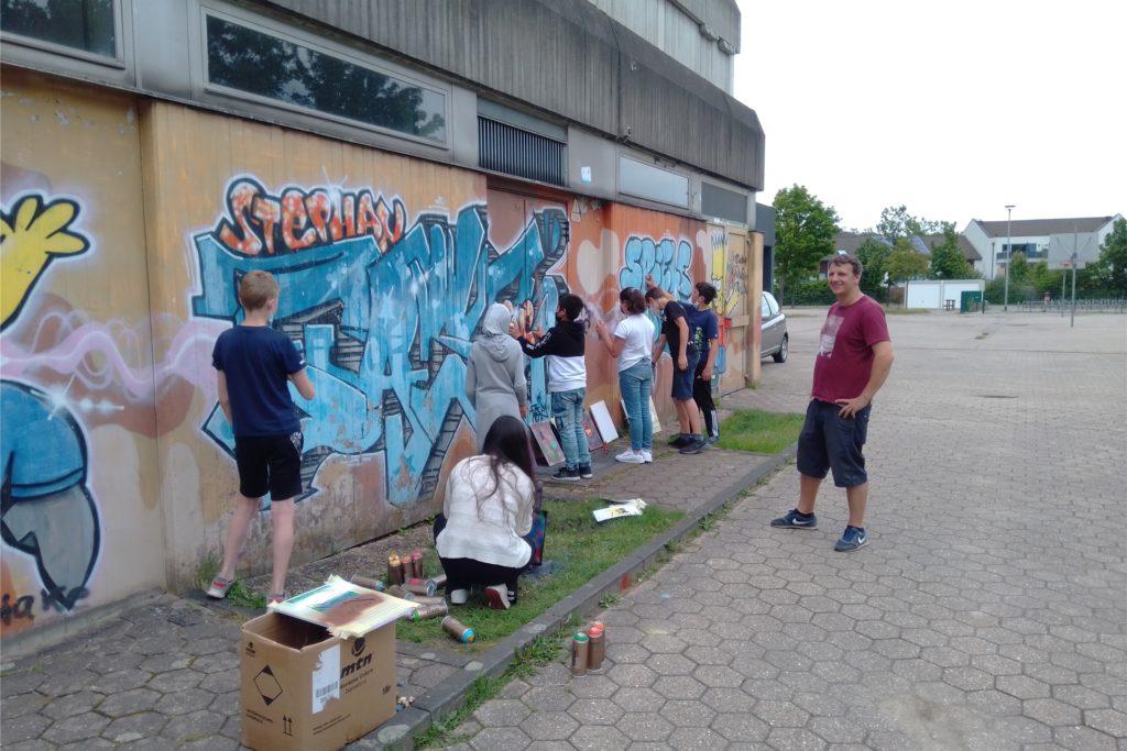 In vielen AGs, so auch in der Graffiti-AG, lernen die Kinder ihre Schule kennen - und verschönern können sie sie obendrein.