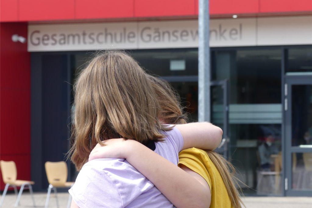Zwei Freundinnen. Sie sind einfach froh, dass sie wieder in die Schule können. Urlaubsreif sind sie trotzdem.