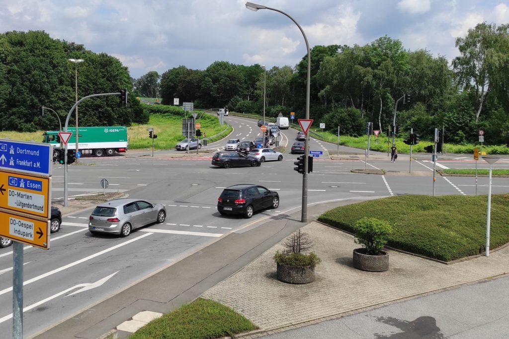 Die Kreuzung an der Borussiastraße / Kleyer Weg ist stark befahren und für Radfahrer unübersichtlich.