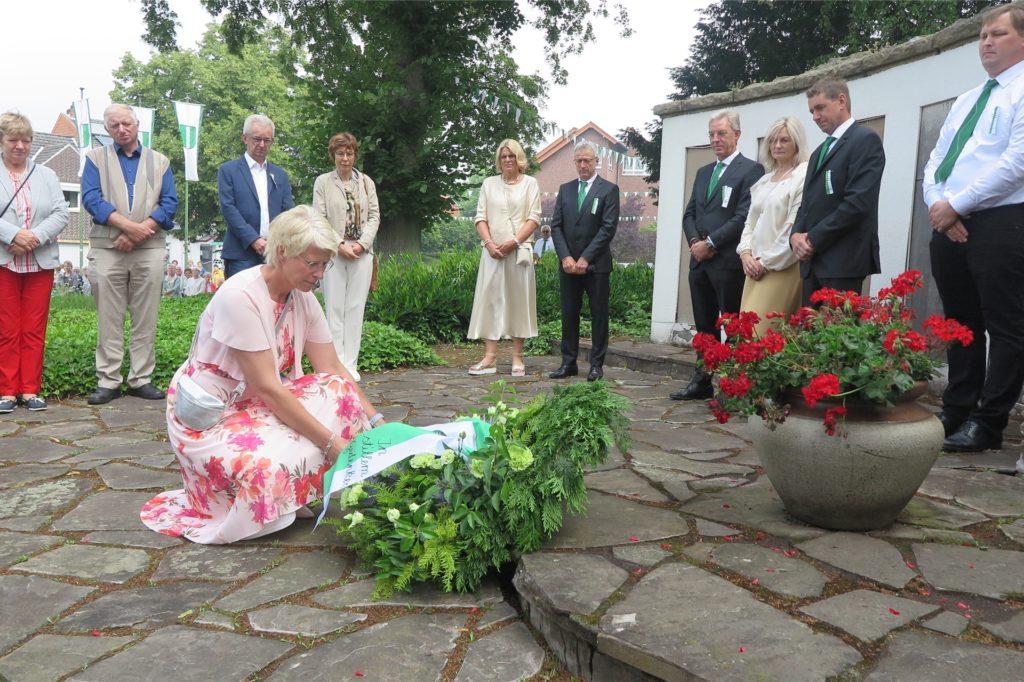 Königin Ulla Bienbeck legte am Ehrenmal einen Kranz nieder.