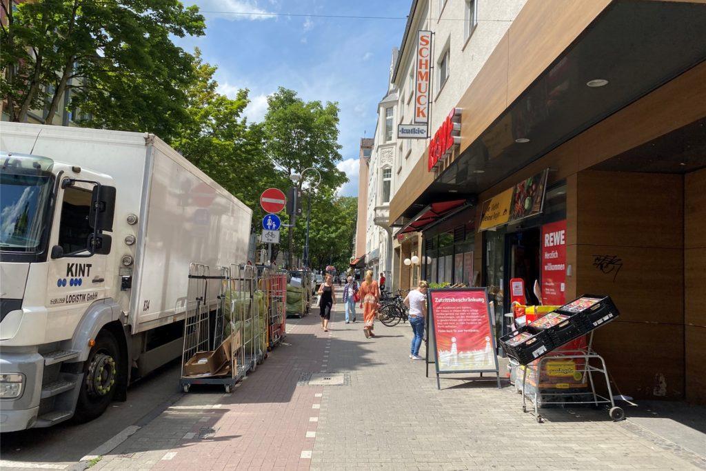 Wird der Rewe in der Kaiserstraße beliefert, ist der Weg für Radfahrer und Fußgänger noch zusätzlich beeinträchtigt.
