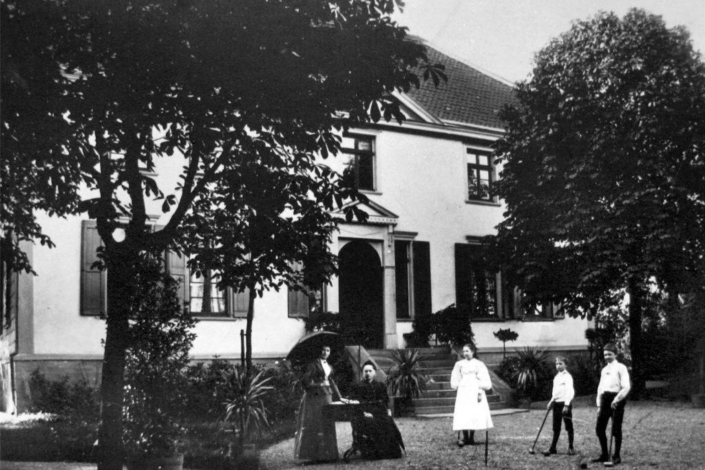 Die Villa des Richters Brügmann an ihrem ursprünglichen Standort am Postplatz in Schwerte, wo sie im Jahre 1908 dem Bau des Kaiserlichen Postamts weichen musste. Es blieb dort nur eine der beiden Kastanien aus ihrem Garten.