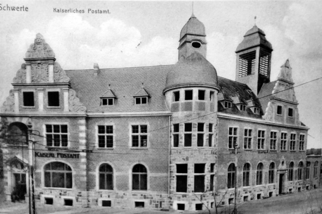 Anstelle der Richter-Villa entstand das repräsentative Kaiserliche Postamt mit einem Telegrafen-Türmchen. Dort wurde diese Postkarte am 17. März 1909 abgestempelt.