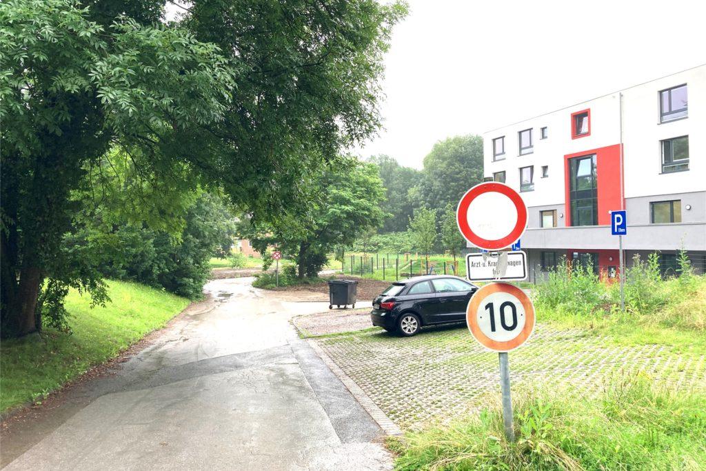 An dieser Stelle führt eine kleine Stichstraße auf das Gelände und derzeit an der neuen Kita vorbei in die Tiefgarage. Von hier aus soll auch im Wesentlichen später das gesamte Gelände erschlossen werden.
