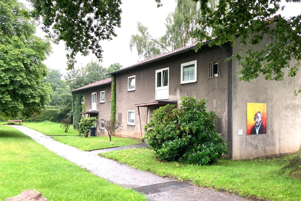 Viele der alten Häuser, die man nach einer Überprüfung von ihrer Bausubstanz als nicht erhaltenswert eingestuft hat, sind bereits unbewohnt. Stehen bleiben wird letztlich nur das Heinrich-Böll-Haus am Bahnhof Tierpark, das jünger ist als die anderen Gebäude.