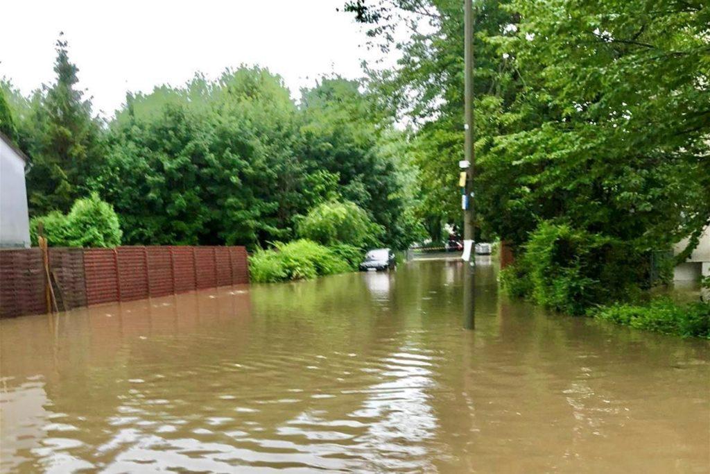 So sah die Straße gestern Abend aus, als der Rüpingsbach über die Ufer trat.