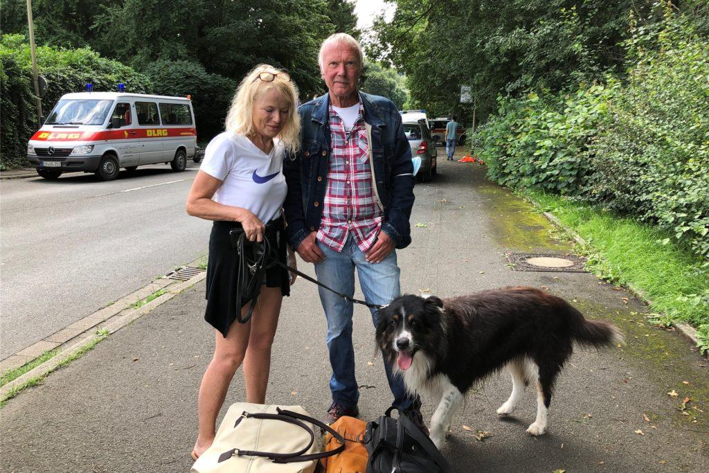 Jadwiga und Peter Koch mit ihrem (wasserscheuen) Hund Bruno. Sie sind mit einem Boot gerettet worden.