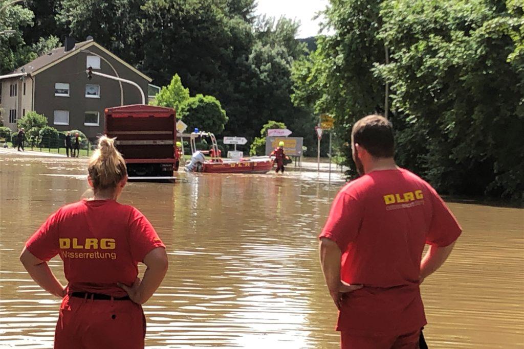 Erst mit dem Boot, später dann mit einem Lkw holen Helfer die Anwohner aus ihren Häusern.