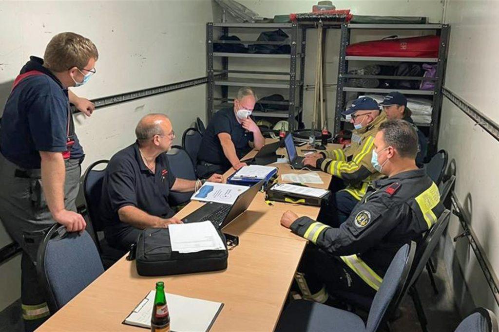 In der Einsatzleitstelle unter Leitung von Kreisbrandmeister Stefan van Bömmel wurde die Krisenlage vor Ort besprochen.