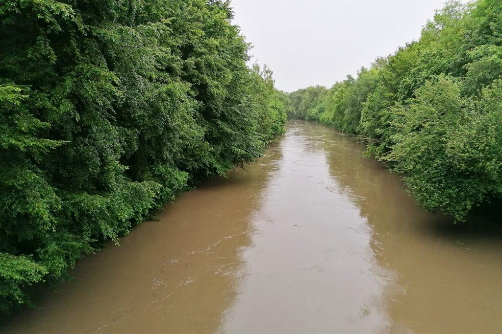 Gewaltige Wassermassen drückten sich am Mittwochabend durch die Drossel-Tore des Wehrs in den Emscher-Auen.