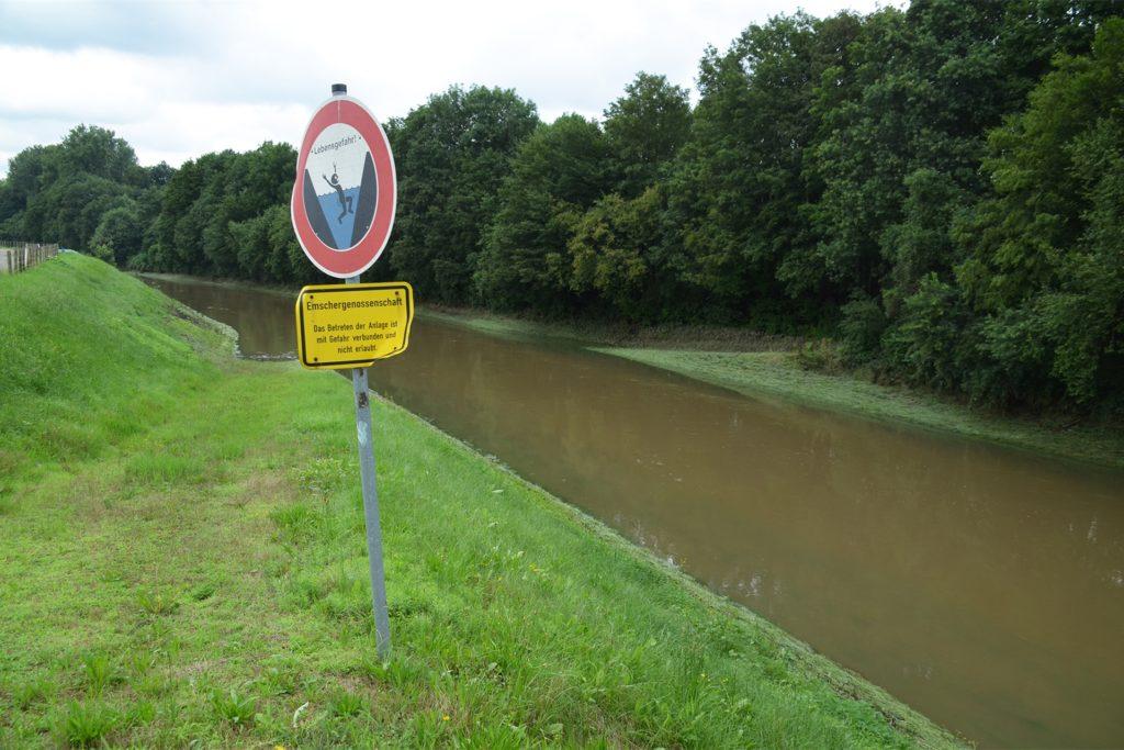 Von einem Normalwasserstand ist die Emscher am Donnerstagmittag noch weit entfernt.