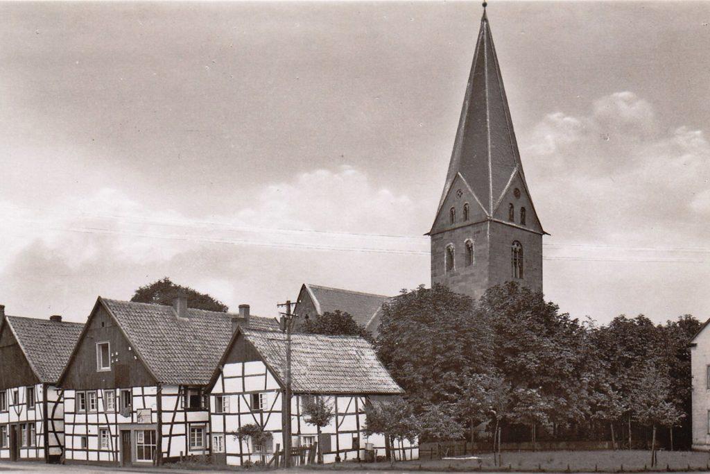 Der Wiedenhof ist eine Ansammlung von denkmalgeschützten Häusern, deren Bau auf das 12. Jahrhundert zurückgeht. Noch älter ist die dahinter befindliche St.-Remigius-Kirche.