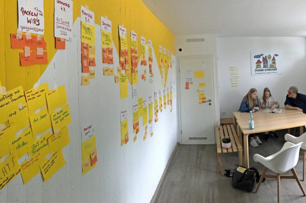 An der Wand in der Küche hängen Zettel mit geplanten Aktionen.