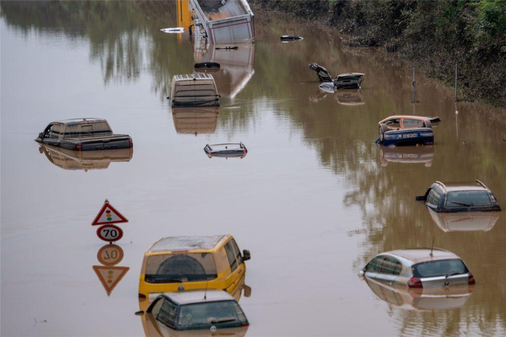 Autos stehen auf der überfluteten Bundesstraße 265 im Wasser.