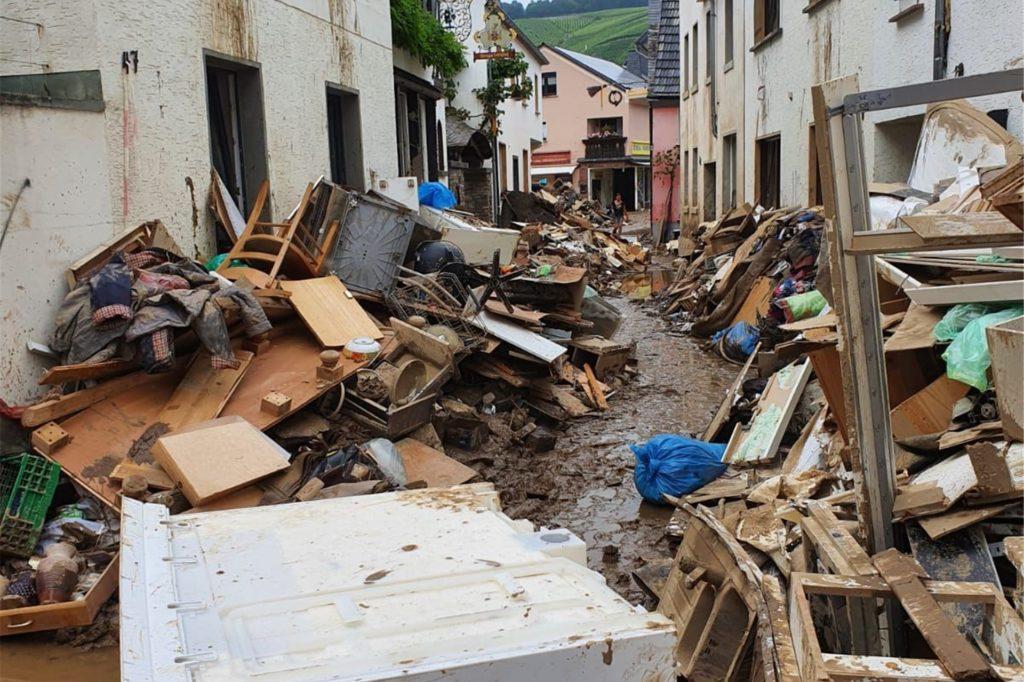 Das Hochwasser in Dernau an der Ahr hat seine Spuren hinterlassen. Johannes Laurenz, der vor Ort bei den Aufräumarbeiten geholfen hat, hätte sich für seine Hilf-Aktion mehr Unterstützung von Wernes Bürgermeister Lothar Christ gewünscht.