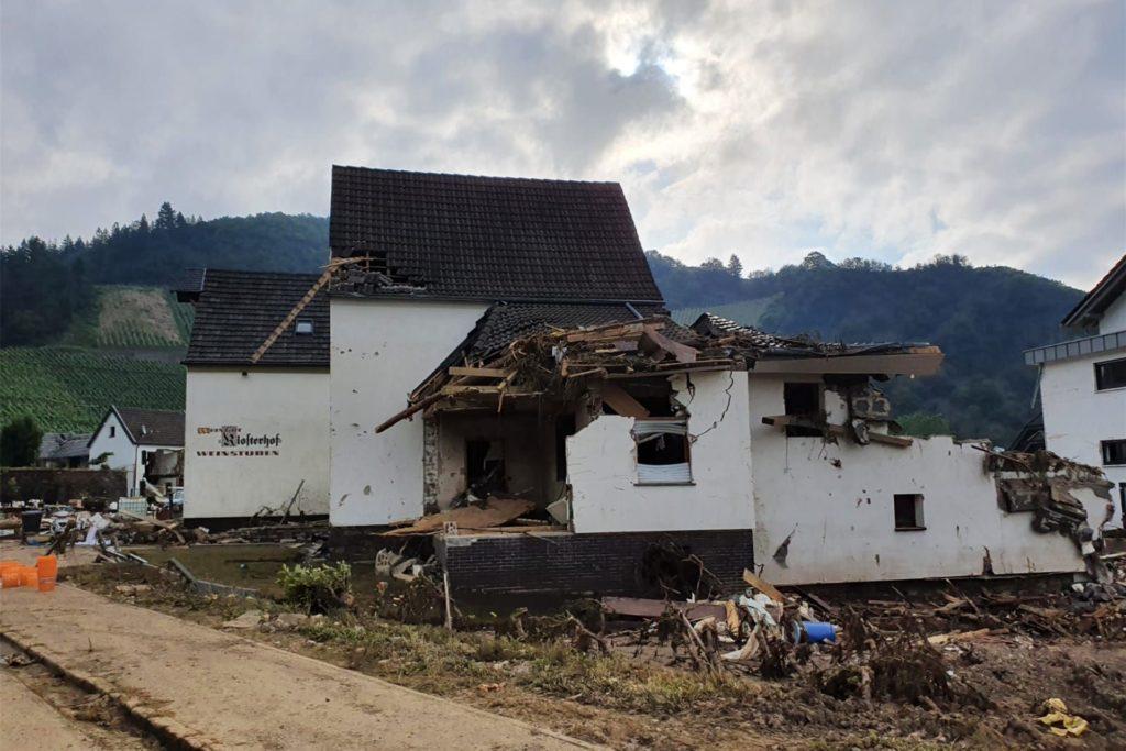 Viele Häuser sind zerstört. Die Landwirte sind durch die Straßen gefahren und haben den Anwohnern bei den Aufräumarbeiten geholfen.