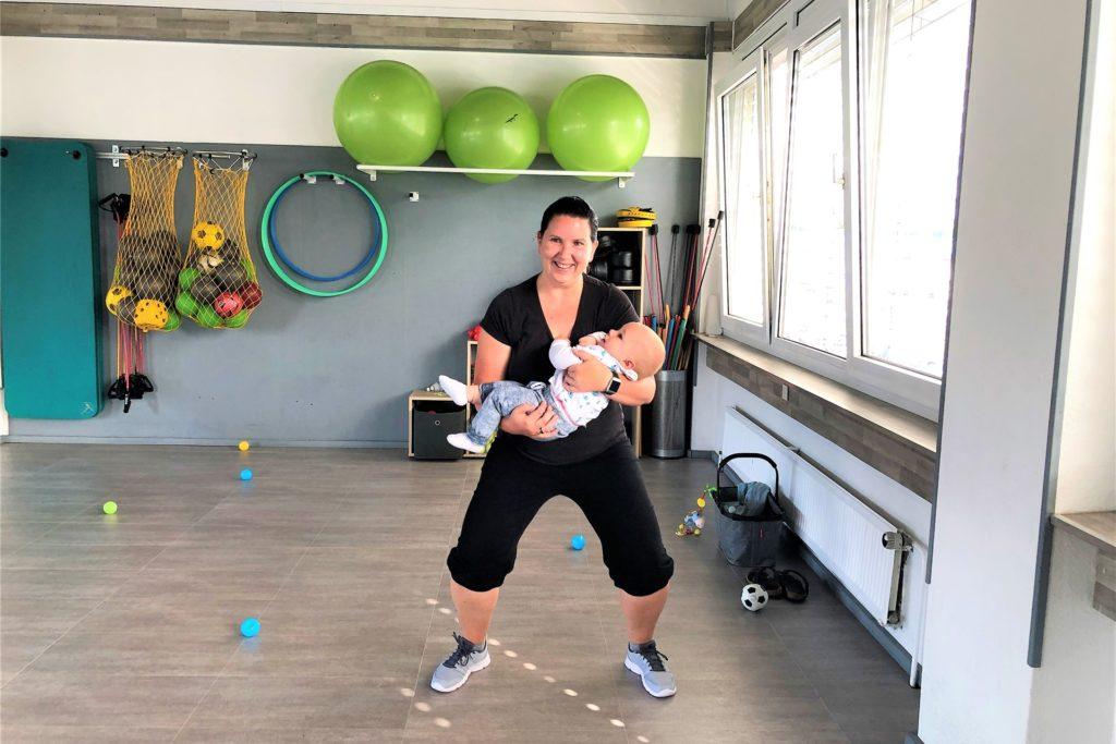 Ein strahlendes Baby im Arm ist der beste Fitness-Motivator für eine Mutter.
