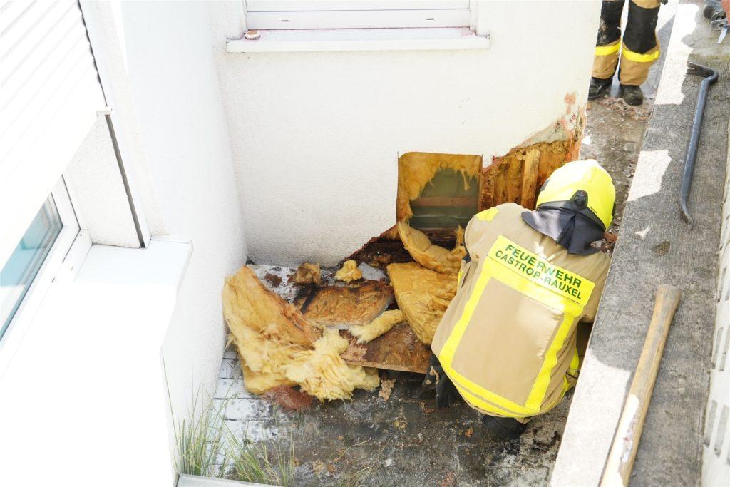 Die Feuerwehr-Kräfte entfernten den Putz sowie das Dämmmaterial und löschten anschließend den Schwelbrand ab.