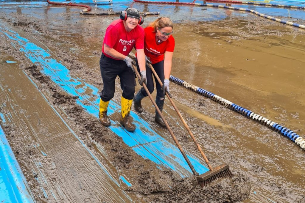 Unermüdlich am Schieber: Der gesamte Boden des Beckens musste vom Schlamm befreit werden.