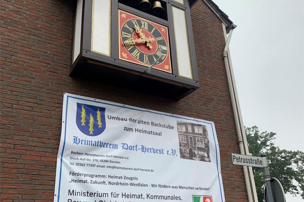 Die Uhr vom ehemaligen Hotel Berken in Hervest mit ihren vier Glocken und dem Holzhäuschen fand an der Fassade des neuen Heimathauses in Hervest einen neuen Platz.