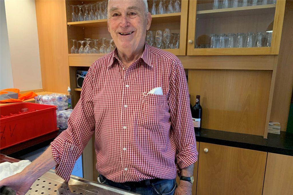Die gute Seele hinter der Theke: Rolf Fischer hat den Überblick über die Getränke und bewirtet die Besucher.