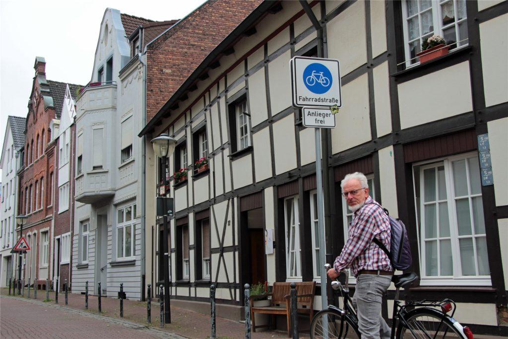 Winfried Hoch begrüßt die Ausweisung der Burgstraße als Fahrradstraße. Dass laut Schild hier nur