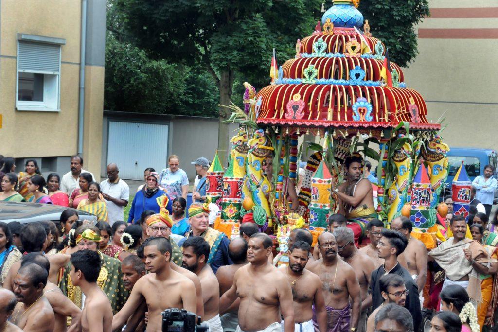 Die Hindu-Göttin Sri Kanakathurka Ampal umrundet im festlich geschmückten Heiligen Wagen ihren Tempel.