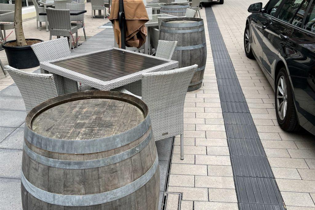 Salvatore Pisanelli stellt die Palmen während der Öffnungszeiten des Restaurants auf diese Weinfässer, ehe er sie abends an einen weniger einsehbaren Ort bringt.