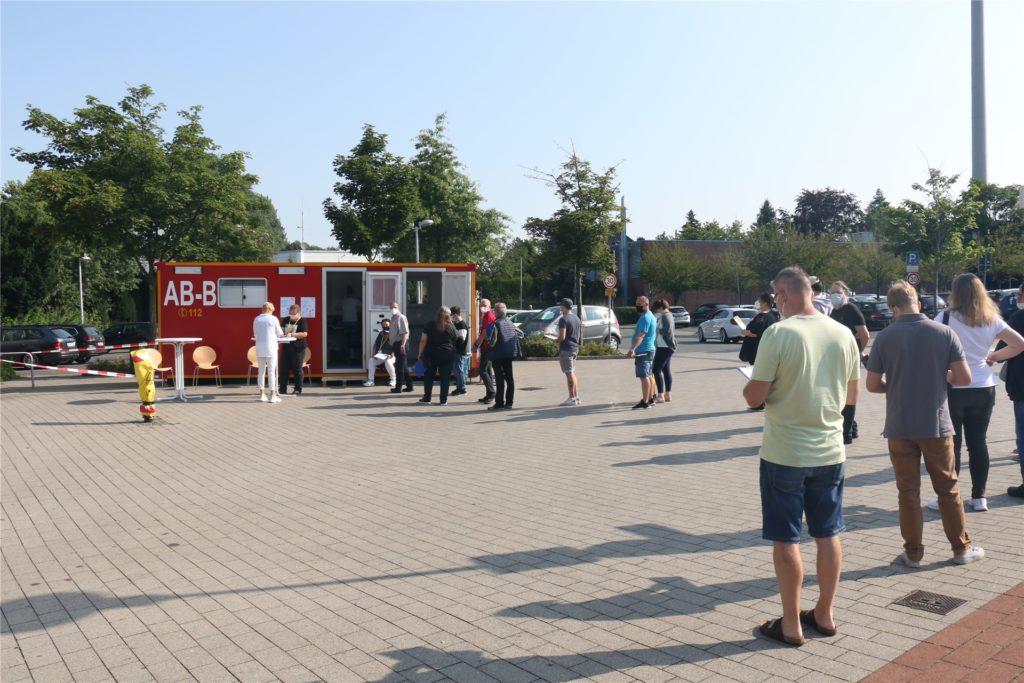 Großer Andrang am mobilen Impfzentrum in Werne: Schon nach einer Stunde hatten sich 20 Bürgerinnen und Bürger hier impfen lassen.