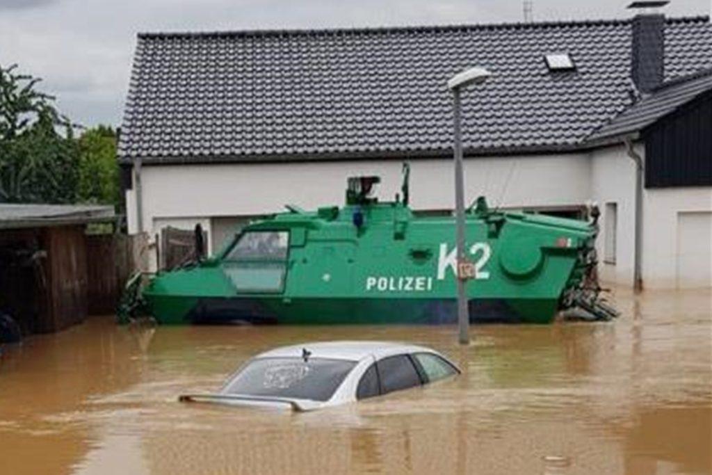 Viele Bewohner mussten mit schwerem Gerät aus den Häusern evakuiert werden.