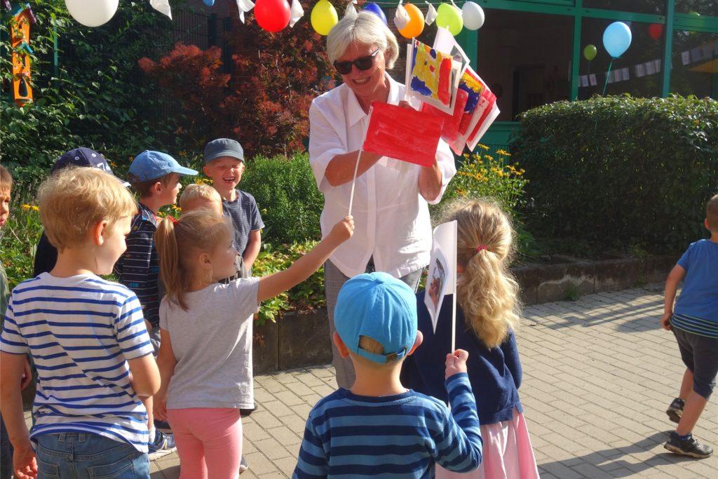 Fähnchen über Fähnchen, mit Fotos oder bunt bemalt gab es von den Kindern für Claudia Lessing.