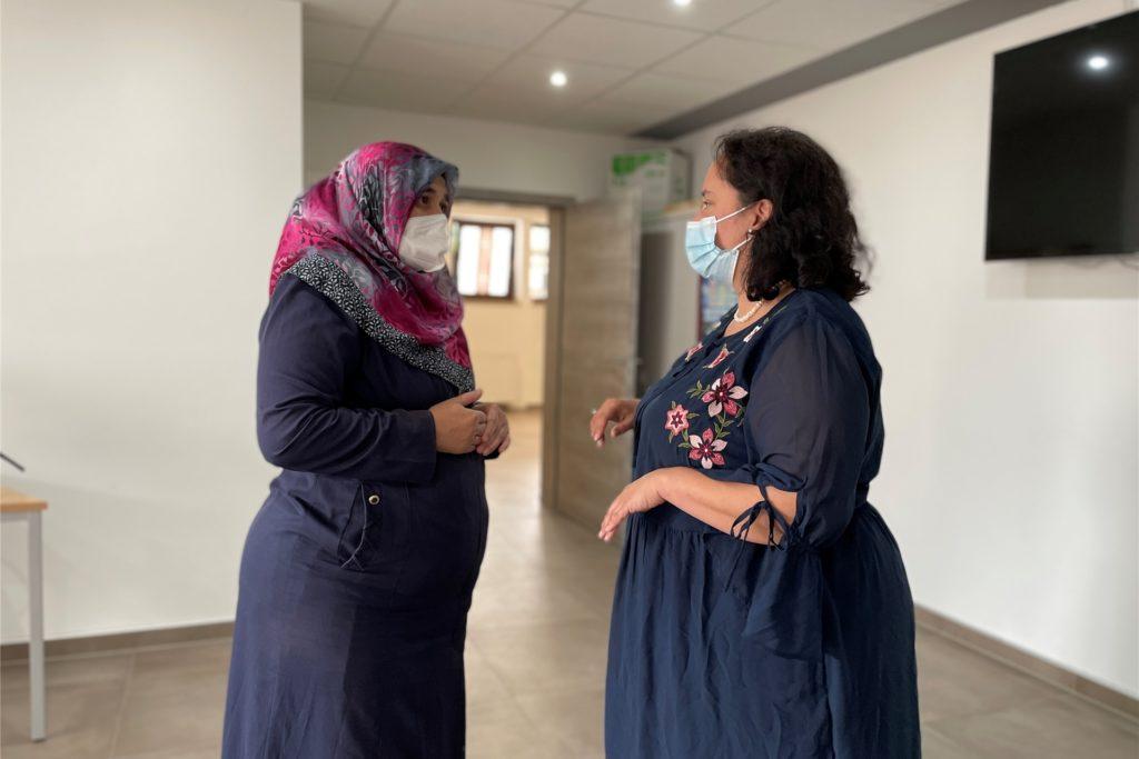 Dr. Dilek Sahin vom St. Johannes Hospital in Dortmund ist im Impfzentrum der Stadt auf Phoenix-West oft im Einsatz. Nun impfte sie in Moscheen in Hörde (Freitag) und Huckarde. Hier klärt sie Impflinge auf.