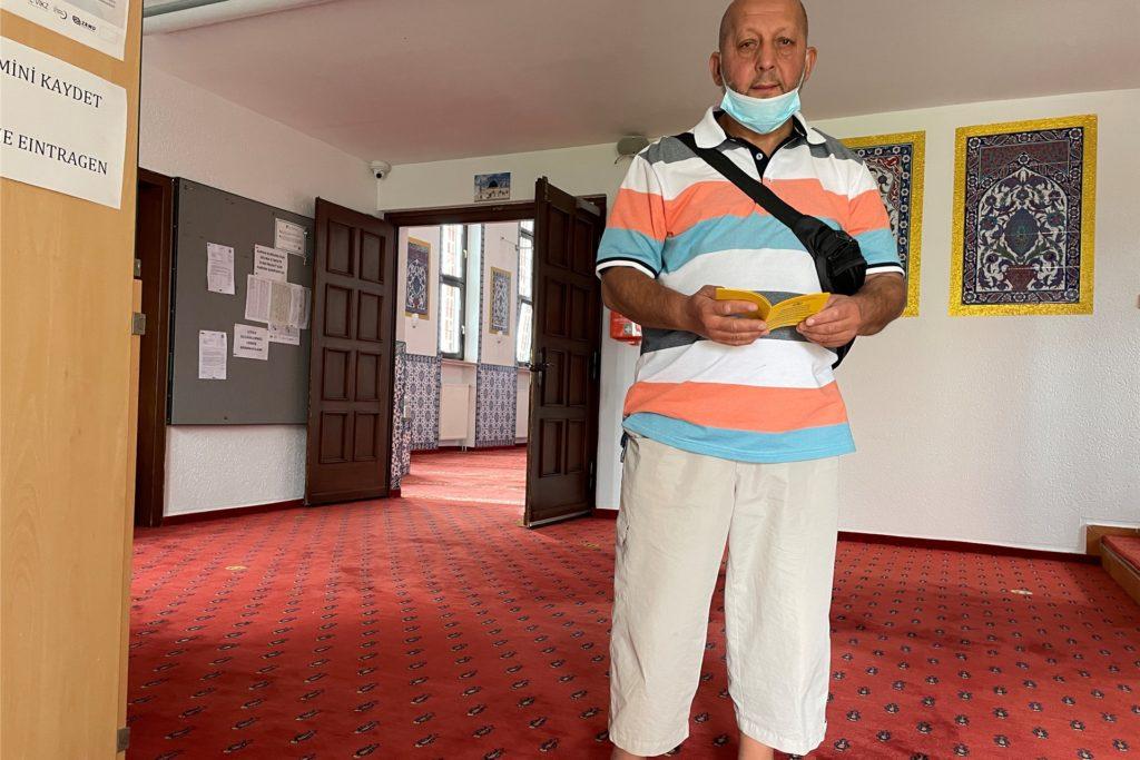 Afrim Ibrahimi hat in seinem Impfpass einen neuen Aufkleber: Er bekam in der Moschee in Huckarde eine Corona-Impfung mit dem Impfstoff von Biontech.