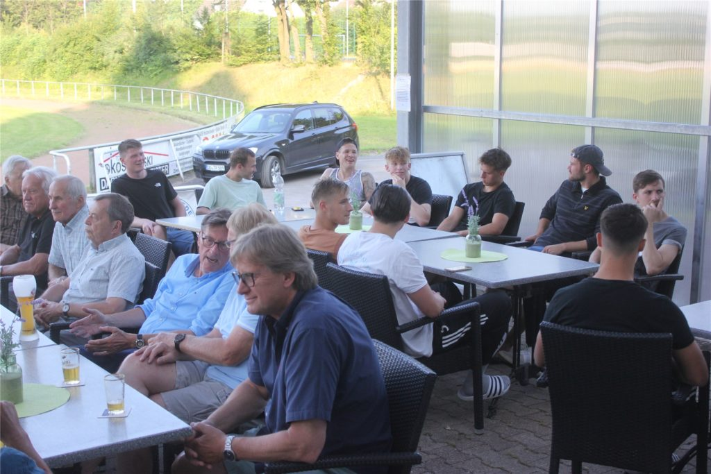 In lockerer Runde beim Holzwickeder SC: Die Meister von damals trafen das Oberliga-Team.