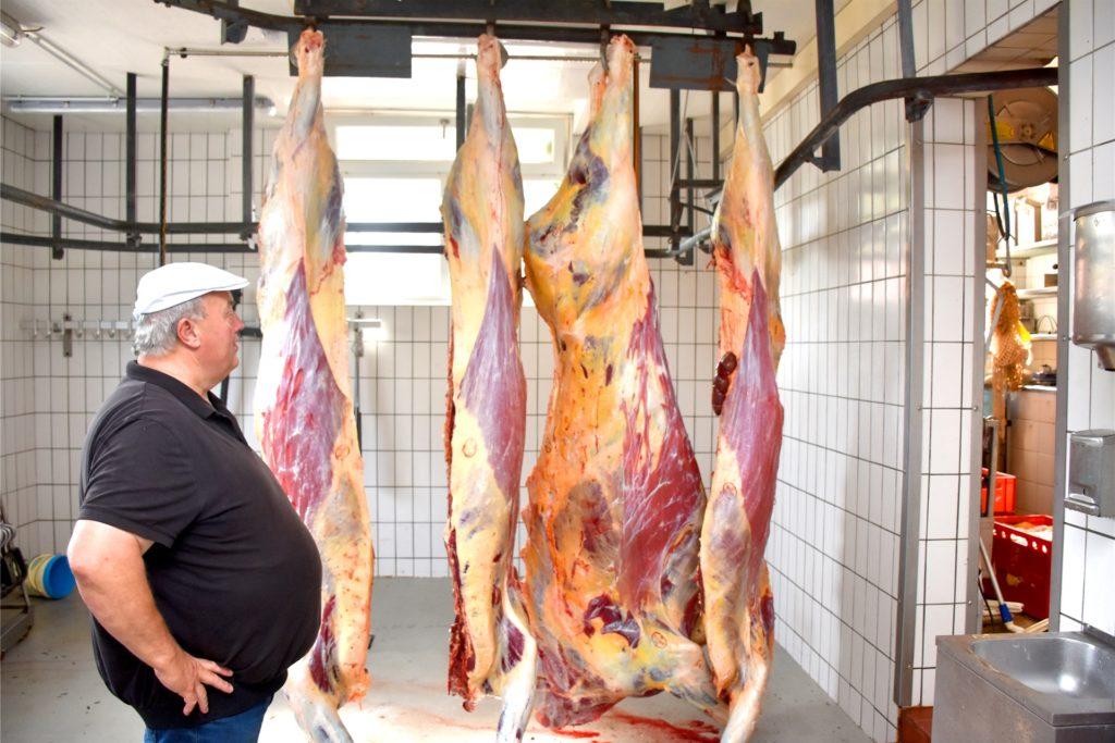 Gerade noch auf der Weide, wenige Stunden später zerlegt im Kühlhaus: In der Metzgerei von Alfred Baumeister in Alstätte werden die Tiere vom Hof Ketteler zerlegt. Den Verkauf übernimmt die Familie aus Ramsdorf dann wieder selbst - in Zehn-Kilo-Paketen.