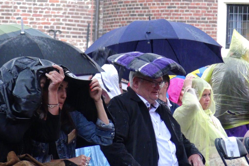 Von den Regengüssen ließen sich die Zuhörer die Laune nicht verhageln.