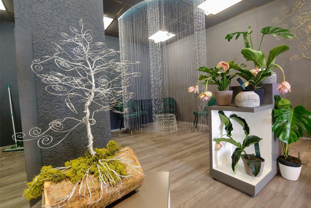 Das neue Geschäft ist in Grautönen gehalten, damit die bunten Blumen besser zur Geltung kommen. Auch eine Sitzecke für Kundengespräche wurde eingerichtet.