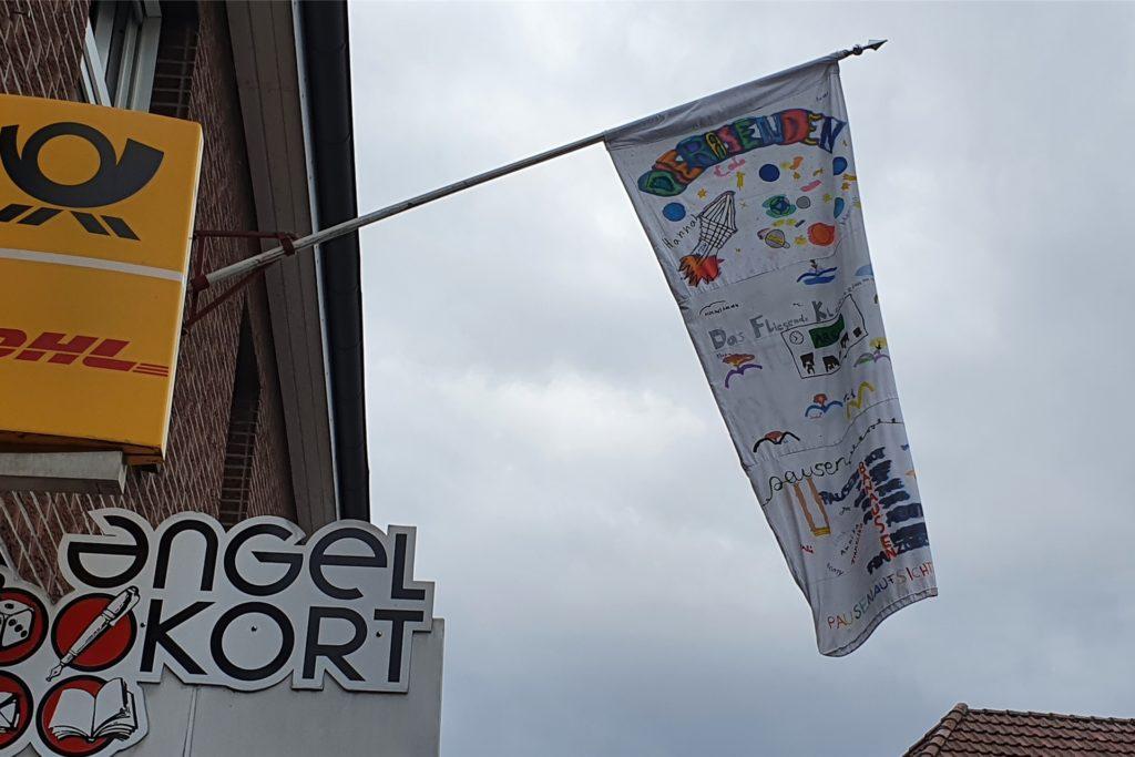 Für die Woche des Ferienlagers flattert die selbst gestaltete Fahne der Ferienkids im Wind. Freitag ist alles vorbei.