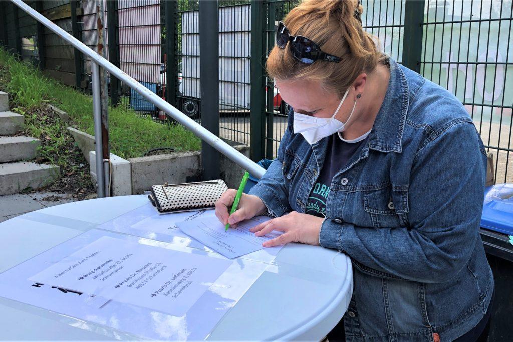Vor dem Impfen musste Nadine Menker einige Formulare ausfüllen.