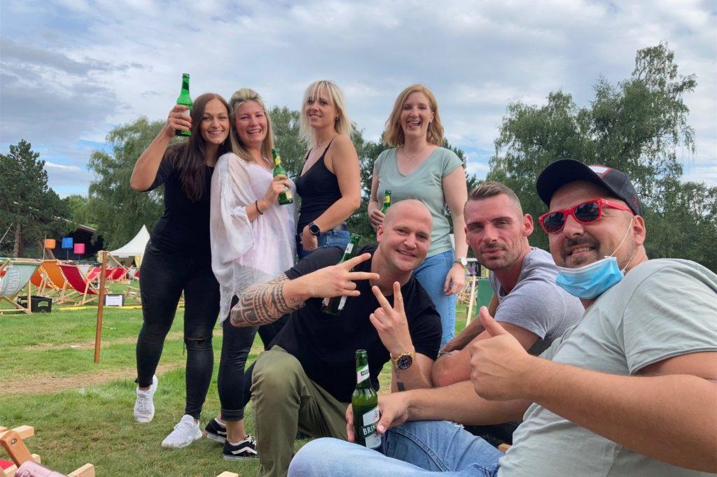 Mit mehreren Freunden besuchte Rene Zörner (vorn re.) das DJ Picknick.