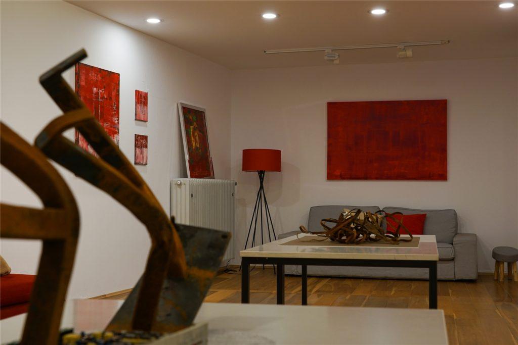 Die neuesten Werke der Künstlerin Elke Lensker bestehen aus Teilen der Brandruine von Wefapress.