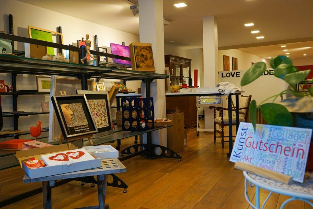 Im vorderen Bereich des Ladenlokals werden vor allem kleine Kunst-Objekte zum Kauf angeboten.