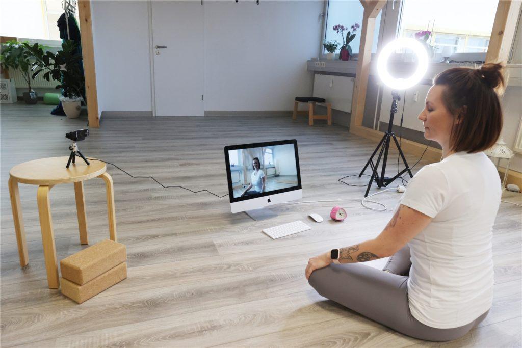 Online-Yoga erlaubt sogar den Retreat in den eigenen vier Wänden.