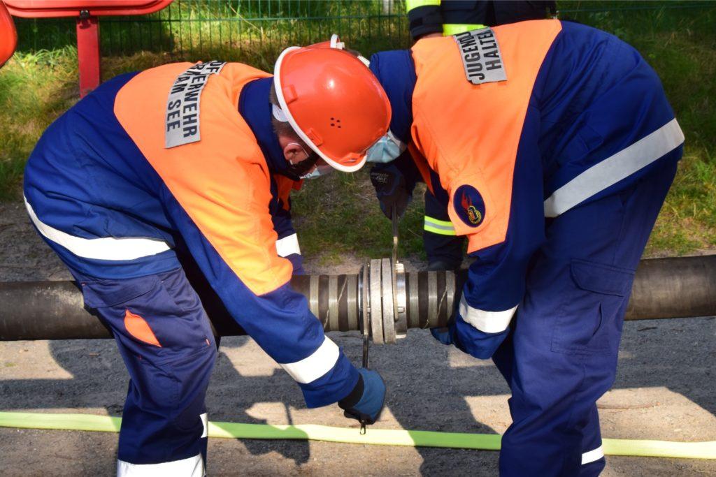 Die Rohrabschnitte wurden in eingespielter Gemeinschaftsarbeit zusammengeschlossen und an der Pumpe befestigt.