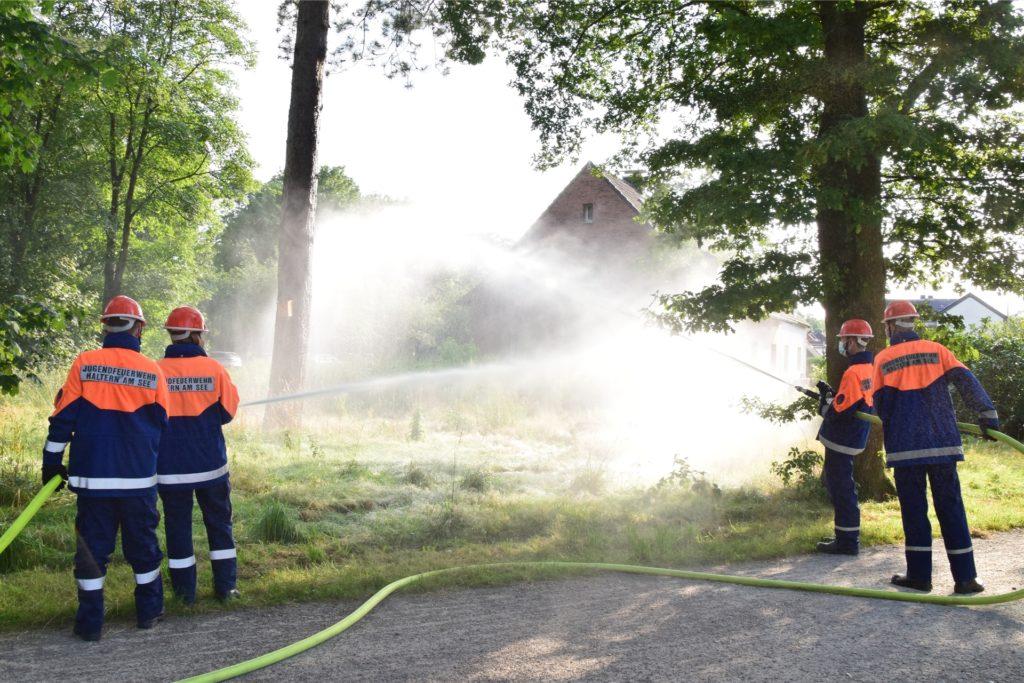 Die schweren Schläuche mit dem enormen Wasserdruck zu halten und auf den Brandherd zu richten, ist nicht leicht und auch nicht ganz ungefährlich.