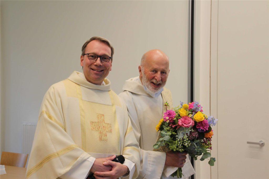 Pfarrer Stefan Jürgens (l.) bedankte sich bei Diakon Josef Korthues mit einem Blumenstrauß.