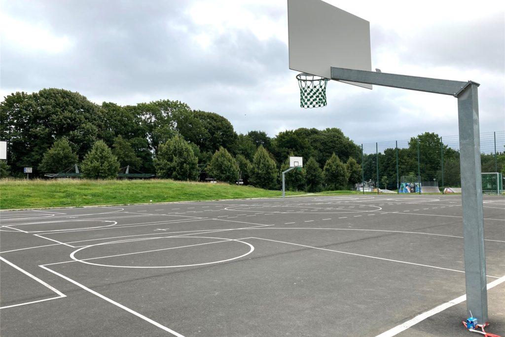 Die Asphaltfläche hat zahlreiche neue Spielfeldlinien bekommen - außerdem Tore und Basketballkörbe.