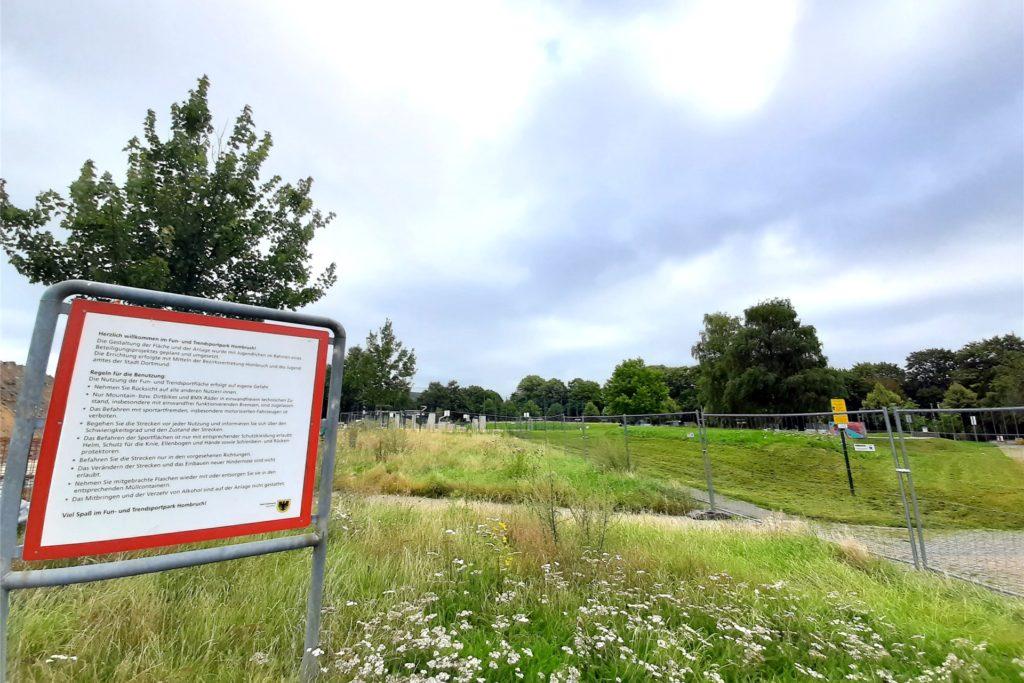 Schild am Rande des Sportparks erzählt ein bisschen aus der Geschichte, wie der Park entstanden ist. Auch Kinder und Jugendliche waren an den Planungen beteiligt.