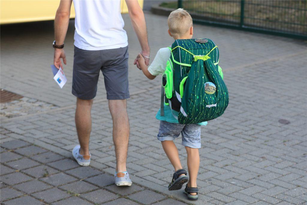 Laut ADAC sollten Eltern ihr Kinder in der Anfangsphase zur Schule begleiten und später das Verhalten ihrer Sprösslinge im Straßenverkehr unbemerkt kontrollieren.