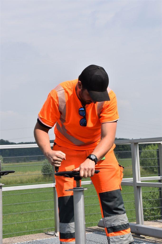 Straßenwärter Fabian Madeo dreht einen Schieber in der Regenwasserbehandlungsanlage Schwerte-Ergste zu.
